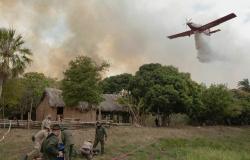 Aviões, barcos e helicóptero são usados em combate a incêndio para preservar casa de morador mais antigo de reserva em MT