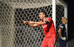 Thiago Galhardo marca duas vezes e Internacional derrota Bragantino