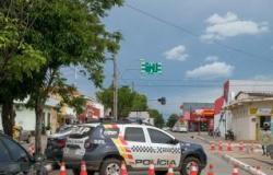 PM fecha rua para se proteger em Cuiabá