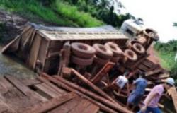 Ponte quebra e carreta cai em córrego na MT-343