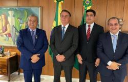 Prefeito de Várzea Grande e senador se reúnem com Bolsonaro e garantem doses extras de vacina contra Covid-19