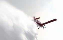 Aeronave e helicóptero são usados para apagar incêndio no Morro de Santo Antônio