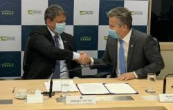Em Brasília, Mendes e ministro assinam acordo sobre ferrovia de MT