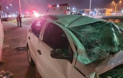 Jovem perde controle de carro, capota e bate no muro do Aeroporto Marechal Rondon