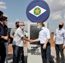 """""""Asfalto da MT-020 vai encurtar o caminho do cidadão que mora no Araguaia"""", afirma governador"""