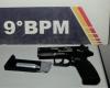Policiais encontram réplica de pistola dentro de veículo durante abordagem