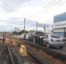 Batida envolvendo quatro carros provoca engavetamento na Avenida da FEB em Várzea Grande