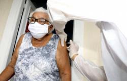 Idosos que vivem na zona rural relatam alívio por receber vacina contra covid-19 em casa