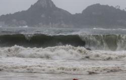 Buscas por bombeiro desaparecido em treinamento no mar do RJ continuam