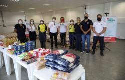 Agentes de trânsito doam meia tonelada de alimentos em campanha de vacinação