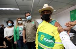 Cuiabá inicia vacinação para garis, catadores de recicláveis e trabalhadores do transporte coletivo; Márcia Pinheiro anuncia imunização em gestantes