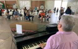 Pianista presta homenagem ao Dia das Mães no Centro de Eventos do Pantanal