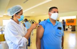 """Trabalhadores do transporte coletivo começam a ser imunizados e afirmam: """"Vamos trabalhar mais tranquilos"""""""