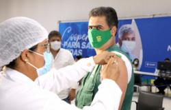Prefeito Emanuel Pinheiro recebe primeira dose da vacina contra a covid-19 e conclama a todos para que se vacinem