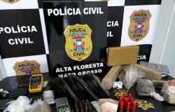 Polícia Civil encontra armas e drogas em chácara e prende mulher e advogado ligados a facção criminosa