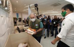 Ministro da Saúde doa alimentos para a campanha Vacina Solidária em Cuiabá