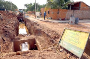 Reconstrução da rede de drenagem em via do Serra Dourada eliminará problema de alagamento