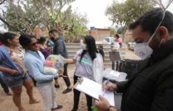 Famílias do bairro Altos do Humaitá recebem cestas básicas, kits de limpeza e cobertores