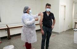 Marido, que espera mulher na porta do hospital, recebe primeira dose da vacina contra Covid-19