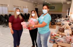 """Servidores da Secretaria Municipal de Saúde participam da campanha """"Aquece Cuiabá"""" com doação de cobertores"""