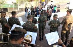Banda do Exército faz apresentação em homenagem aos profissionais da saúde que atuam no Hospital São Benedito