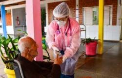 Fisioterapeutas do programa AMOR e do EMAD avaliam estado de saúde dos idosos do Abrigo Bom Jesus