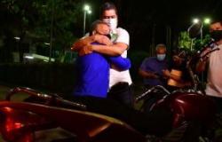 Sensibilizado, Emanuel Pinheiro quita débitos de moto apreendida e devolve veículo para entregador na capital