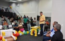 Emanuel Pinheiro entrega 64 mesas tabletes para salas de recursos multifuncionais e atende a 1,2 mil alunos