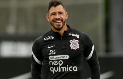 Sylvinho promove treino tático posicional de olho no Derby