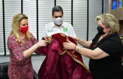 Prefeito e primeira-dama recebem manto do Senhor Bom Jesus de Cuiabá