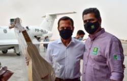 Emanuel Pinheiro recebe governador de SP e o presenteia com o símbolo da cultura cuiabana, viola de cocho