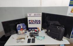PM prende suspeita por roubo a residência no bairro Chapéu do Sol