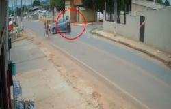 Motociclista atinge carro, é arremessado para o alto e sai andando