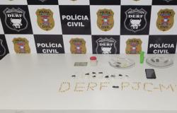 Casal é flagrado pela Polícia Civil embalando drogas na frente de crianças