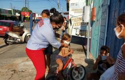 Com máscaras na Kombi voluntários realizam doações do insumo nos bairros carentes de Cuiabá