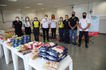 Agentes de trânsito doam meia tonelada de alimentos para campanha Vacina Solidária