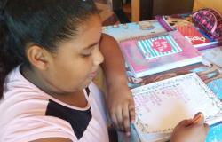 Escola distribui livros à comunidade em alusão ao Dia da Língua Portuguesa