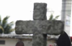 Irmã de 7 anos faz oração emocionante em enterro de jogador morto