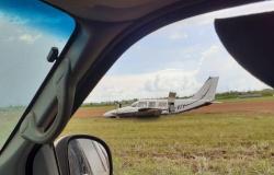 Avião bate de barriga e gira na pista em pouso no interior do Estado