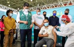 Maqueiro é o primeiro vacinado contra a covid-19 em Cuiabá