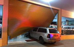 Usando carro para quebrar a porta, 15 criminosos invadem loja da Martinello