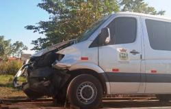 Homem em moto morre ao se chocar com ambulância e jovem tem ferimentos leves
