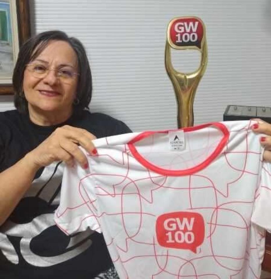 Maria da Penha é agraciada com estatueta do GW100