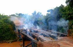 Ponte de madeira em rodovia estadual do Nortão é queimada