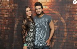 Luan Santana e Emilly, do 'BBB17', dançam coladinhos em show