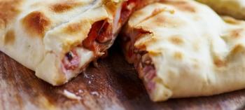 Calzone de salmão, berinjela e queijo emmental