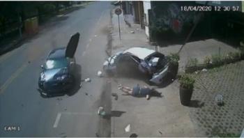 Mulher que foi arremessada de carro grava vídeo e tranquiliza família