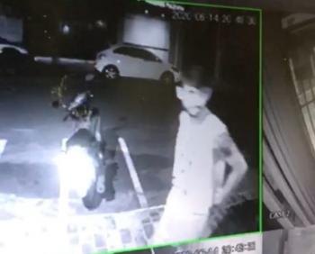 Imagem do rapaz durante o furto da moto (Imagem: Reprodução)