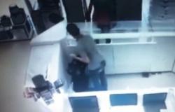 Ladrão rouba 17 celulares e 5 relógios e apenas 1 minuto; vídeo
