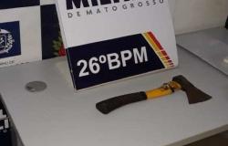 """Homem ameaça PM de folga com """"machadinha"""" em estabelecimento comercial no centro de Nova Mutum"""